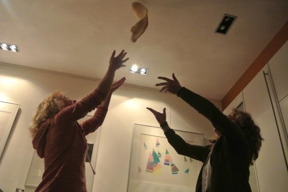 Ja hoor, lekker met het pizza deeg tegen het plafond gooien# kan gewoon.